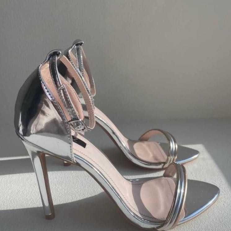 Quiz silver high heels