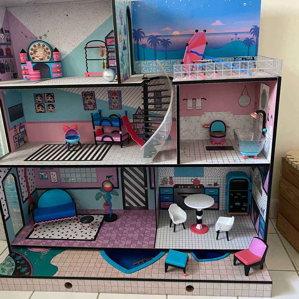 Lol doll house with dolls and furniture