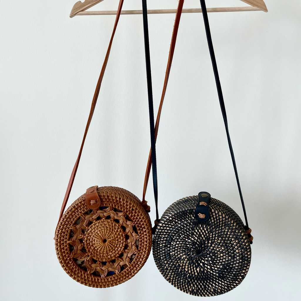 Round rattan shoulder bag